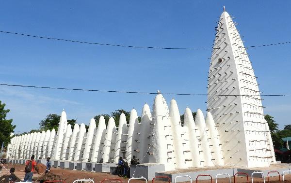 La Grande Mosquée de Dioulassoba, ici avant l'effondrement de son minaret en août 2021, a été réhabilitée par les autorités du Burkina Faso en 2019.