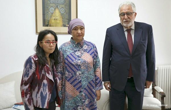 Le recteur de la Grande Mosquée de Paris, Chems-Eddine Hafiz, aux côtés de Dilnur Reyhan, présidente de l'Institut Ouïghour d'Europe, et de Gülbahar Jalilova, une survivante d'un camp chinois (au centre).