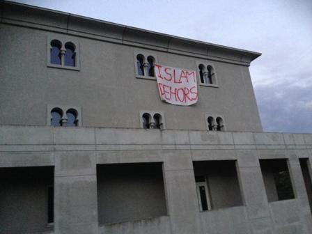 Une banderole islamophobe découverte à la mosquée de Poitiers le 11 octobre.