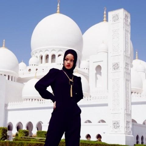 Rihanna devant la mosquée Sheikh Zayed, à Abu Dhabi.