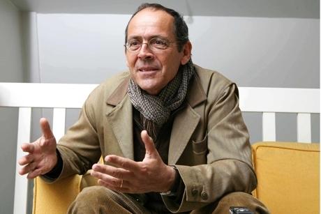 Pour Bernard Stiegler, auteur de « Pharmacologie du Front national  », « les effets toxiques du néoconservatisme consumériste génèrent une anxiété globale, de l'extrême droite à l'extrême gauche en passant par le centre ».