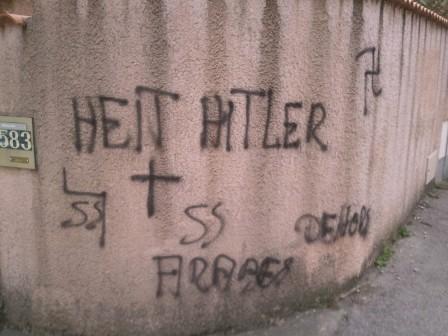 Tags racistes sur les murs du domicile du président de l'Observatoire contre l'Islamophobie, découverts en octobre 2013.
