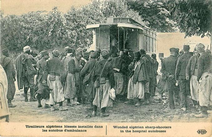 Tirailleurs algériens blessés pendant la Première Guerre mondiale et évacués par des autobus parisiens transformés en ambulances militaires.