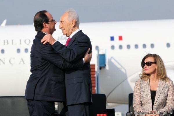 François Hollande aux bras du président israélien Shimon Pérès lors de son arrivée le 17 novembre en Israël en compagnie de Valérie Trierweiler.