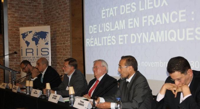 © IRIS - Le colloque « La République à l'épreuve de l'islam » à l'Iris, jeudi 14 novembre. De gauche à droite : Samir Amghar, Marwan Muhammad, Didier Billion, Jacques Myard, Tareq Oubrou et Madjid Si Hocine.