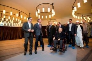Jamel Oubechou, le président de l'ICI, Bertrand Delanöe, le maire de Paris et Dalil Boubakeur, le recteur de la Mosquée de Paris visitent la salle de prière de l'ICI .© Jean-Baptiste Gurliat / Mairie de Paris.