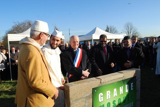 La cérémonie de pose de la première pierre de la mosquée de Goussainville (Val d'Oise), avec le maire Alain Louis (au centre) et le président d'Essalem (à dr. du maire).