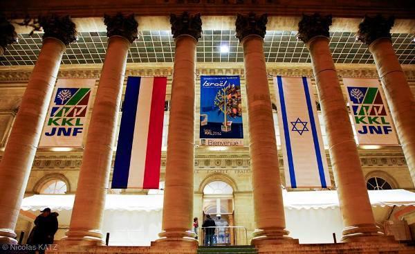 Le palais Brogniart à Paris décoré aux couleurs du KKL qui y a tenu son gala le 2 février.