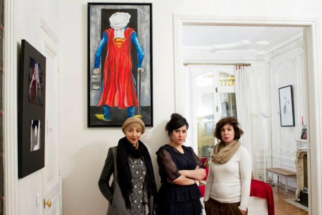 Haquima Akhabach (au centre) entourés de deux membres de l'association Arts Périphériques.