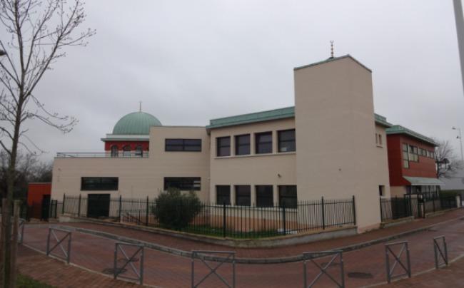 La mosquée de Chanteloup-les-Vignes, une commune des Yvelines secouée par des violences urbaines le 16 mars. Photo © Des Domes Et Des Minarets.