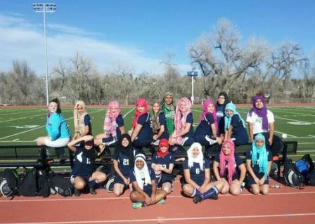 Toutes en hijab sur le terrain de foot