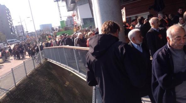 Des centaines de personnes se sont rendues, mardi 25 mars, au poste de police de Nimègue afin de porter plainte contre Geert Wilders. © Antoin Peeters/RTL Nieuws