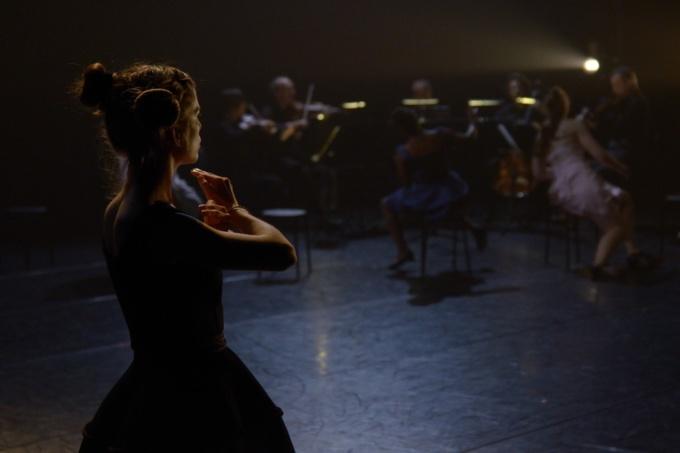 « Bal.exe – Bal mécanique sur musique de chambre », pièce chorégraphique d'Anne Nguyên pour 8 danseurs, musique interprétée par les musiciens de l'Orchestre régional de Basse-Normandie. (Photo : Claude Boisnard)