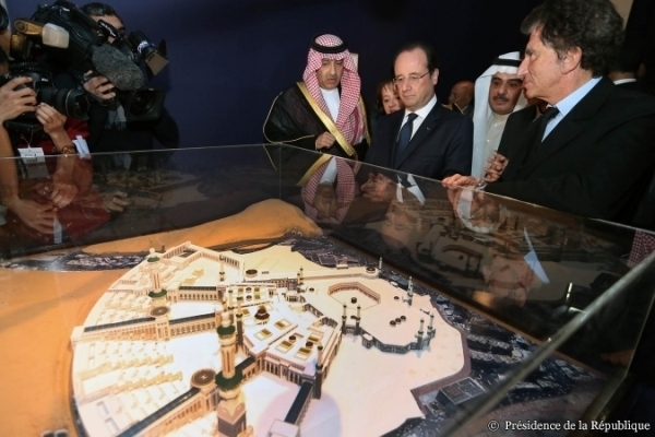 """François Hollande à l'inauguration de l'exposition """"Hajj, le pèlerinage à La Mecque"""", à l'IMA le 22 avril."""