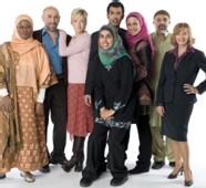 Le casting de la série entourant la réalisatrice Zarqa Nawaz