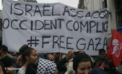 """Une banderole """"Free Gaza"""" à Paris."""