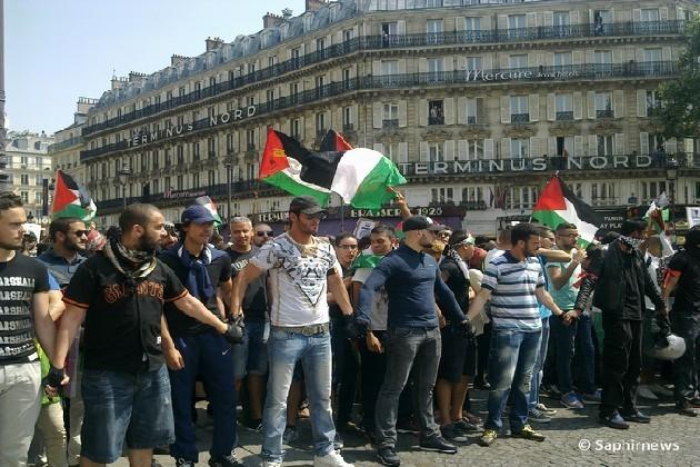 Des milliers de manifestants ont bravé l'interdiction de manifester pour Gaza, samedi 19 juillet à Paris. Ici, une manif à Gare du Nord.