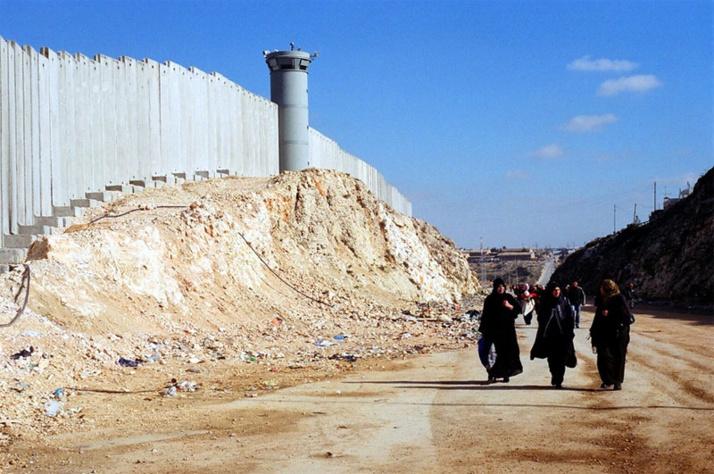 Depuis 2004, la Cour internationale de justice (CIJ) demande à « Israël de cesser la construction du mur, de démolir les parties déjà construites, et de mettre un terme aux restrictions sévères à la liberté de mouvement des Palestiniens », lui rappelant qu'il doit « mettre fin à une occupation entamée en 1967 et laisser la place à un État palestinien indépendant, souverain, viable et prospère, vivant côte à côte et en paix avec Israël dans des frontières sûres et reconnues ».
