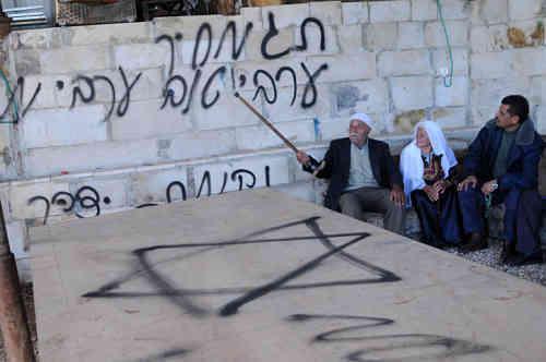 """Janvier 2013, graffiti en hébreu, sur le mur de la mosquée d'un village près de Naplouse : """"Prix à payer"""", """"Un bon Arabe est un Arabe mort"""" et """"Vengeance d'Yitzhar"""" (colonie sioniste au sud de Naplouse). (Photo : Issam Rimawi/Flash90)"""