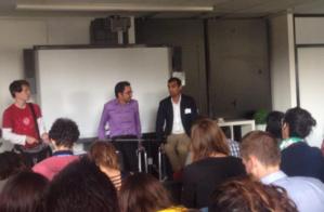 Soufiane Iquioussen, fondateur du Garage solidaire à Hainaut, lors de son intervention auprès des jeunes de Ticket for change.