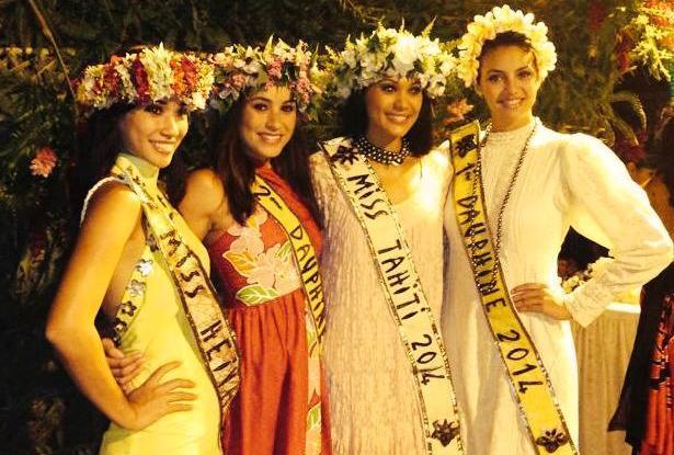 La Miss Tahiti 2014, entourée de ses dauphines. La candidate, qui déclarait sa peur de l'ouverture d'une mosquée à Tahiti, n'est pas présente dans cette photo.