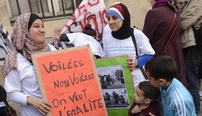 Discriminations : les mères voilées face à l'école, entre espoir et prudence