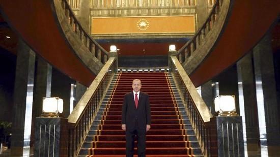 Erdogan prend l'habit de sultan avec son immense palais (vidéo)