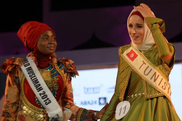 Fatma Ben Guefrache, lauréate de World Muslimah 2014, aux côtés de la gagnante nigériane de 2013. AFP PHOTO / ADEK BERRY.