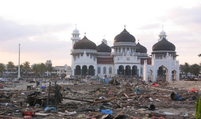En Indonésie, la grande mosquée Baiturrahman, achevée en 1881, a résisté au tsunami de 2004.