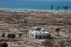 La mosquée Rahmatullah de Lampuuk après le tsunami de 2004. © AFP