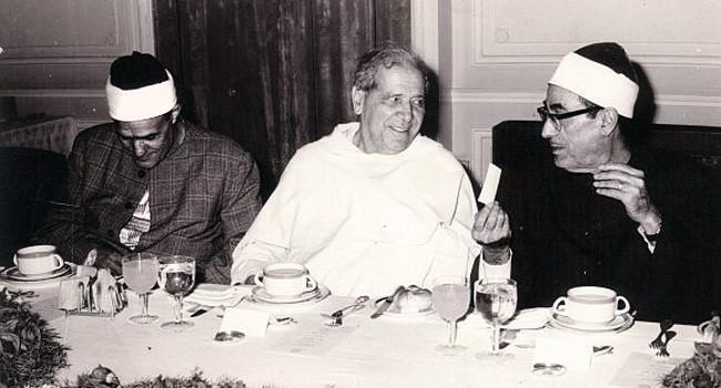 Le Père Georges Anawati (au centre), cofondateur de l'Institut dominicain d'études orientales (IDEO) du Caire, est l'auteur de plus de 250 ouvrages et articles, portant notamment sur les études médiévales, les sciences arabes, la philosophie et la mystique musulmane. (Photo : © Georges Anawati Stiftung)