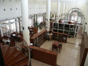 La bibliothèque Georges Chehata Anawati de l'IDEO contient plus de 160 000 ouvrages, dont plus de 20 000 textes classiques du patrimoine arabo-musulman.