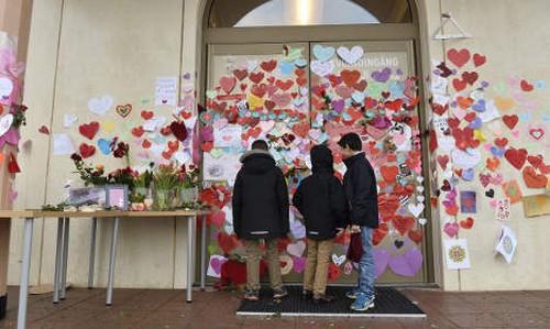 L'entrée de la mosquée d'Uppsala recouverte de messages de soutien après l'attaque qu'elle a subie la nuit de la Saint-Sylvestre. © TT News Agency/ Anders Wiklund