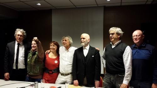 Des personnalités de mouvements d'extrême droite lors de la conférence de presse annonçant le lancement de Pegida France. La femme au poing levé est Melanie Dittmer, une des figures du mouvement islamophobe en Allemagne.