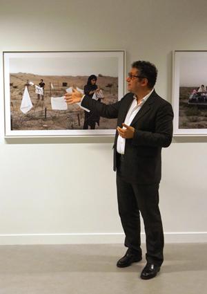 Jamel Oubechou, président de l'ICI, devant la série « Today's Life and War » de l'artiste iranienne Gohar Dashti. (Photo : ©  Institut des cultures d'islam)