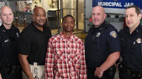 Jamal Rutledge pose avec des policiers de Fort Lauderdale