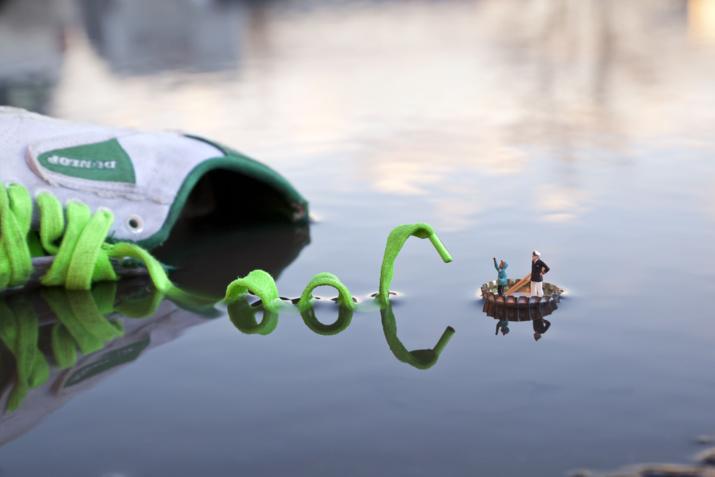 Street art miniature de l'artiste anglais Slinkachu. Photographe de rue, il utilise de petites figurines et les met en scène dans l'espace urbain, afin de créer des scénarios humoristiques. Il fait partie des artistes qui exposent à la fondation EDF, dans « #Street Art, l'innovation au cœur d'un mouvement ».