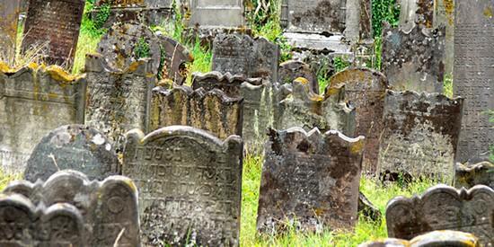 Près de 300 tombes profanées dans un cimetière juif du Bas-Rhin