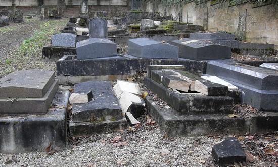 Photo d'illustration de tombes juives profanées à Bar-Le-Duc (Meuse) en 2010.