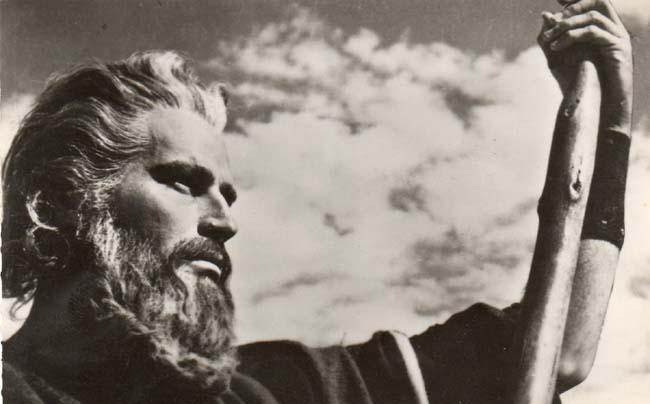Le prophète Moïse a pris les traits de l'acteur américain Charlton Heston (1923-2008) depuis son rôle dans le film de Cecil B. DeMille, Les Dix Commandements (1956). La scène cinématographique de la traversée de la mer Rouge fait désormais partie de la mémoire visuelle contemporaine.