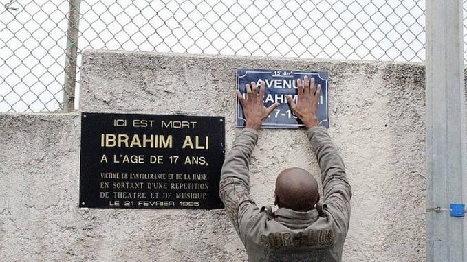 Vingt ans après, les proches et les militants antiracistes réclament que l'avenue où a été abattu Ibrahim Ali en 1995 par un militant FN soit renommée « Avenue Ibrahim Ali ». © LMRS