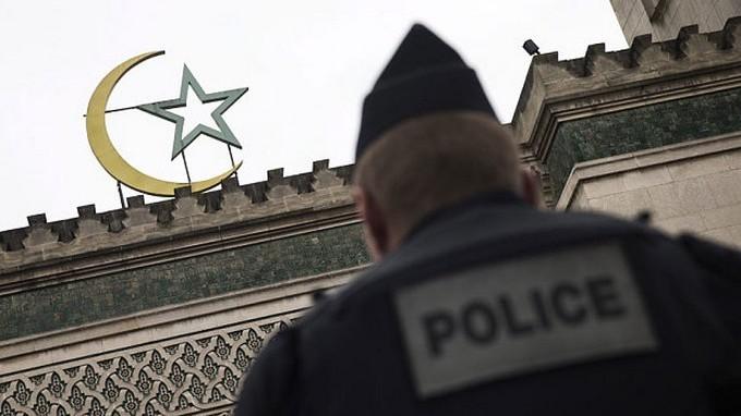 Face à l'islamophobie ambiante, les réponses de Cazeneuve aux musulmans