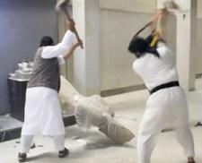 Des membres de l'EI détruisent une oeuvre du musée de Mossoul.