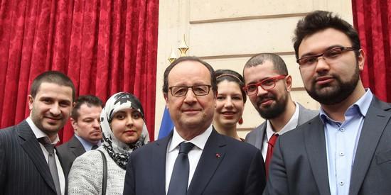 François Hollande entouré des jeunes du mouvement interreligieux Coexister.