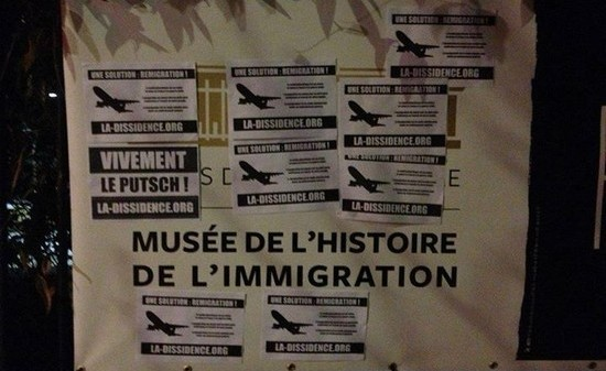 Le Musée de l'histoire et de l'immigration, la cible de l'extrême droite. Des tracts ont été collés sur les murs du bâtiment au mois de mars par une association d'extrême droite qui a revendiqué son geste.