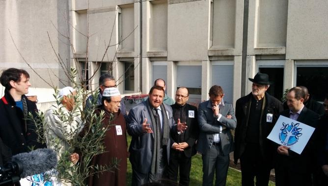 Vendredi 20 mars, un arbre de la Fraternité a été planté, à la Grande Mosquée d'Evry-Courcouronnes, en présence du recteur Khalil Merroun, du rabbin de Ris-Orangis Michel Serfaty, ainsi que celles de Francis Chouat, Stéphane Beaudet et Karl Dirat, respectivement maires d'Evry, de Courcouronnes et de Villabé.