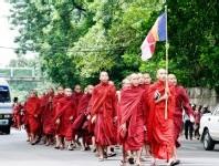Des bonzes dans les rues birmanes