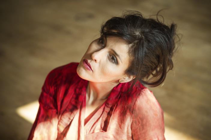 La chanteuse Souad Massi, auteure de l'album « El Mutakallimûm », en concert à Paris en ce mois d'avril. (Photo : © Jean-Baptiste Millot)