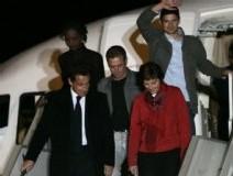 Nicolas Sarkozy et les trois journalistes à leur descente d'avion hier dimanche