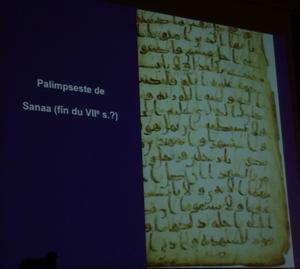 Parmi les milliers de fragments trouvés entre le toit et le plafond de la salle de prière à Sanaa, en 1973, figuraient une quarantaine de feuillets de palimpseste dont la couche d'écriture plus ancienne notait un texte différent de la vulgate.